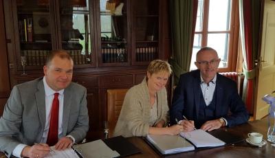 Foto ondertekening; vlnr Aernoud Hage (Thoma Groep), Annemarie Vos-Klein (RAB Rijssen), Eibert Vos (RAB Rijssen)